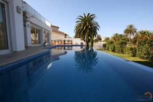 Empuriabrava, Costa Brava: immaculate modern villa at canal with 20m jetty, tastefully designed garden with Infinity pool for sale.