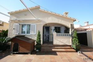 Comfortable villa with 2 bedrooms, covered terrace and garage for sale near the centre of Empuriabrava at the Costa Brava.