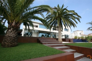 For sale in Empuriabrava, Costa Brava: magnificent modern villa with 5 bedrooms, 2 pools, private mooring, guest apartment and fantastic views