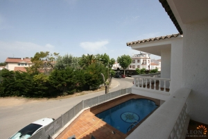 Beautifully maintained villa with 5 bedrooms, 3 bathrooms, roof garden, swimming pool and private parking for sale near centre of Empuriabrava, Costa Brava.