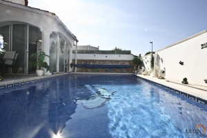 Beautiful villa in perfect condition with 2 bedrooms, swimming pool and private parking for sale near centre of Empuriabrava, Costa Brava, Spain.