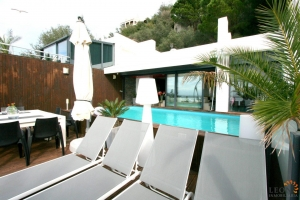 Exclusive modern villa with 4 bedrooms in two apartments, lift, swimming pool, roof terrace and magnificent views for sale in Roses, Costa Brava, Spain.