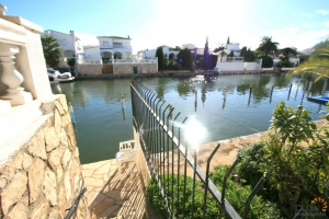 Lovely townhouse with 3 bedrooms, roof terrace, private mooring and dedicated parking for sale in Empuriabrava, Costa Brava.