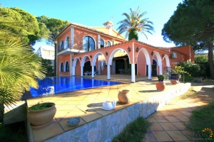 Beautiful villa with 4 bedrooms, covered terrace with infinity pool and large private mooring site for sale in Empuriabrava, Costa Brava, Spain.