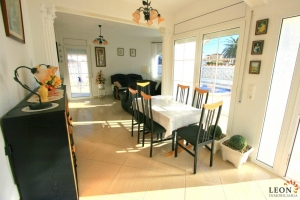 Lovely villa with 3 bedrooms, swimming pool, guest apartment and garage for sale in Empuriabrava, Costa Brava, Spain.