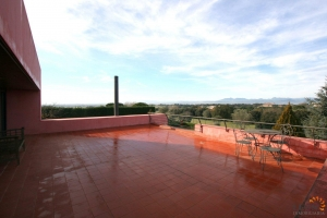 Beautiful modern villa with 5 bedrooms, swimming pool, roof terrace, alarm system and CCTV for sale on golf course in Peralada, Costa Brava, Spain.