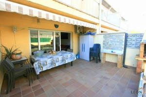 Pleasant end of terrace house with 3 bedrooms, garage and communal swimming pool for sale near the centre of Roses, Costa Brava, Spain.