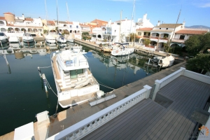 Fabulous villa with 4 bedrooms, swimming pool, roof terrace, solar panels and private mooring before the bridges for sale in Empuriabrava, Costa Brava, Spain.