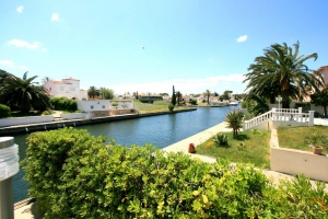 Lovely villa on broad canal, with 4 bedrooms, swimming pool, private mooring and large roof terrace for sale in Empuriabrava, Costa Brava, Spain.