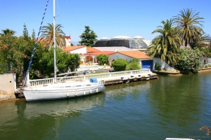 Delightful villa with 5 bedrooms, swimming pool, private mooring, boathouse and roof terrace for sale on canal in Empuriabrava, Costa Brava, Spain.