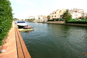 Attractive villa with 3 bedrooms, swimming pool and private mooring for sale on canal in Empuriabrava, Costa Brava, Spain.