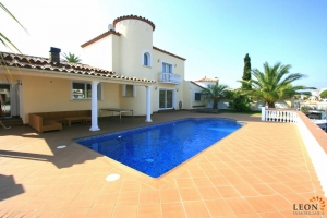 Gorgeous villa with 5 bedrooms, large garden with swimming pool and private mooring for sale on canal in Empuriabrava, Costa Brava, Spain.