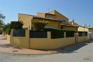 Gorgeous villa in excellent condition with 3 bedrooms and soundproofed for sale in Pau, Costa Brava, Spain.