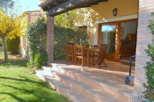 Lovely villa with 3 bedrooms, garage and communal swimming pool for sale at golf course resort in Perelada, Costa Brava, Spain.
