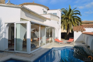 Comfortable villa with 3 bedrooms, garden, terraces and private pool, for sale in Empuriabrava, Costa Brava, Spain.