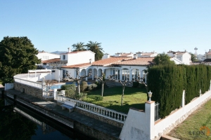Attractive villa with 4 bedrooms, conservatory, heated swimming pool and private mooring for sale on canal in Empuriabrava, Costa Brava, Spain.