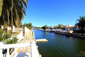 Gorgeous holiday villa with magnificent canal vistas for rent in Empuriabrava, Costa Brava, for 6 people, with private pool and mooring.