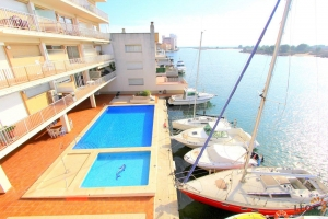 Lovely holiday apartment for 5 people with communal swimming pool and fantastic sea views for rent in Santa Margarita, Roses, Costa Brava, Spain.