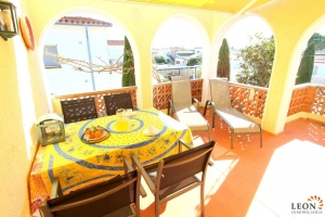 Lovely holiday apartment for 4 people and pets, with large covered balcony, communal swimming pool and private parking for rent in Empuriabrava, Costa Brava, Spain.