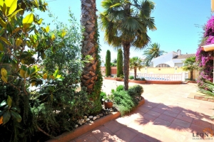 For sale near centre of Empuriabrava, Costa Brava: beautiful building in excellent condition with 4 apartments, swimming pool in lovely gardens and ample parking.