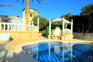 Beautiful villa for 6 people, with swimming pool and private mooring on canal for rent in Empuriabrava, Costa Brava, Spain.