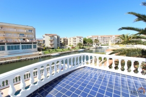 Empuriabrava, Costa Brava, attractive and spacious holiday villa for 4 people, with private swimming pool and mooring, outdoor kitchen and canal views for rent.
