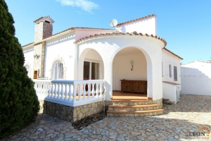 Charming holiday villa for 4 people in central location offering short distances to amenities and beach in Empuriabrava, Costa Brava, for rent.