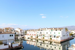 Lovely townhouse for 6 people with roof terrace and great views for rent in Empuriabrava, Costa Brava, Spain.
