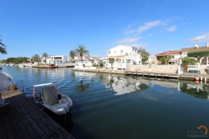 Lovely holiday villa for 6 people and pets, with swimming pool and private mooring, for rent in Empuriabrava, Costa Brava, Spain.