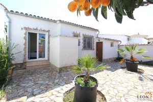 Comfortable villa for 6 peoples in Empuriabrava with a beautiful covered terrace and private pool for rent.