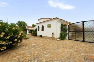 Comfortable villa on the canal with 25 m mooring, 4 bedrooms, spacious terrace with garden and private pool for sale in Empuriabrava, Costa Brava, Spain
