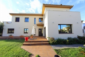 Beautiful contemporary villa with large plot and nice guest apartment.