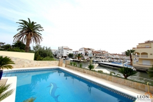 Elegant south-facing villa with a splendid terrace - pool and 12 m mooring for sale in Empuriabrava, Costa Brava, Spain