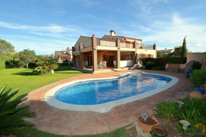Beautiful luxury villa in the Golf Club Resort Peralada with large garden, terrace and pool for sale, Costa Brava, Spain