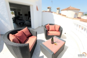 Attractive holiday villa on the canal for 8 persons, with pool and mooring of 12 m, for rent in Empuriabrava, Costa Brava, Spain