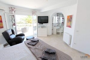 Attractive holiday villa on the canal for 8 persons, with pool and mooring of 12 m, for rent and for sale in Empuriabrava, Costa Brava, Spain