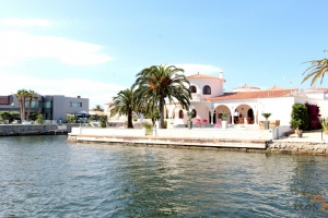 For rent in Empuriabrava, beautiful Hacienda-style villa for 6 people with pool, mooring and magnificent canal view, Costa Brava, Spain