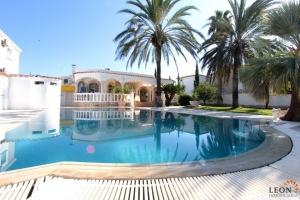 Extraordinary villa with pool on the main canal, 4 bedrooms and 23 m mooring for sale in Empuriabrava, Costa Brava, Spain
