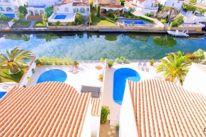 Elegant holiday villa for 6 people with swimming pool and canal mooring for rent in Empuriabrava, Costa Brava.