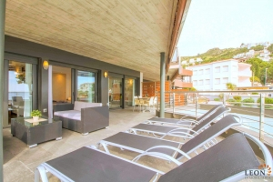 For rent modern holiday apartment for 6 people, 2 bedrooms, large terrace with beautiful sea views and communal swimming pool, Roses, Costa Brava, Spain.