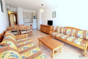 Lovely apartment with 2 bedrooms, balcony, communal pools and very close to the beach in Empuriabrava, Costa Brava, for sale.