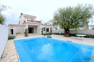 Attractive villa with 4 bedrooms, swimming pool and private mooring for sale on canal in Empuriabrava, Costa Brava, Spain.