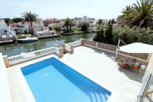 Lovely holiday villa for 8 persons with pool and mooring for rent in Empuriabrava, Costa Brava, Spain
