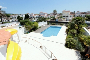 Luxurious dream villa for 8 persons, with pool and jetty and separate guest apartment, for sale and for rent in Empuriabrava, Costa Brava, Spain