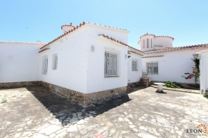 Lovely villa on the canal with mooring for 8 persons, 4 bedrooms and pier for rent and for sale in Empuriabrava, Costa Brava, Spain