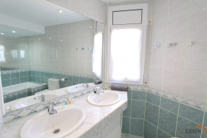 Perfect holiday villa for rent in Empuriabrava, Costa Brava, for 6 people, with private pool and large mooring on canal.