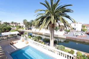 Fantastic villa on the canal with 5 bedrooms for sale, beautiful terrace with pool and jetty for sale in Empuriabrava, Costa Brava, Spain