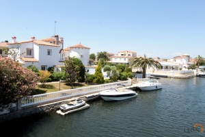 Beautiful villa on the main canal with mooring, terrace, pool and garden, with 3 bedrooms, for rent in Empuriabrava, Costa Brava, Spain