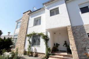 Charming house with 2 independent houses communicating by an external staircase and by an interior elevator for sale Empuriabrava, Costa Brava, España
