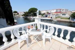 Attractive holiday villa for 6 people with private swimming pool, mooring and beautiful views over canal in Empuriabrava, Costa Brava, for rent.